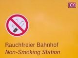 Hinweisschild Rauchfreier Bahnhof