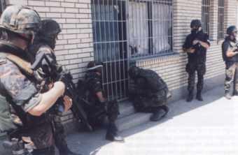 2000 09 Europ Sicherheit Waffenlager in Einsatz der Feldjäger im Ausland