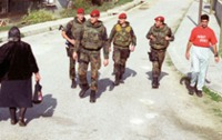 Streife: Feldjäger unterwegs im Kosovo (© y.bundeswehr.de)
