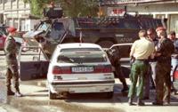 Kontrolle: Feldjäger untersuchen ein Fahrzeug