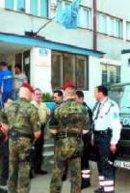 Multinationale Polizeitruppe: Feldjäger vor der MP-Station im Gespräch mit UNMIK- und KPS-Beamten.
