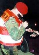 Nichts zu beanstanden: Feldjäger kontrollieren die Waffenkarte eines Mannes, der eine Pistole dabei hat.