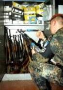 Einblick in das kosovarische Waffenarsenal: In der MP-Station werden beschlagnahmte Gewehre aufbewahrt.