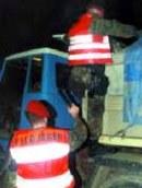 Lkw werden gründlich kontrolliert. Dazu klettern die Feldjäger selbst auf die Ladefläche - ein beliebtes Waffenversteck.