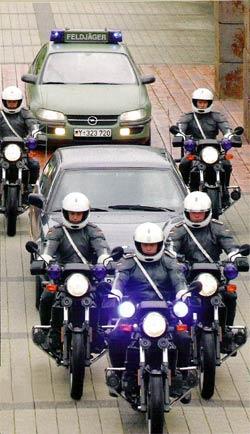 Kommando: Aufsitzen! (2003) Bild 1