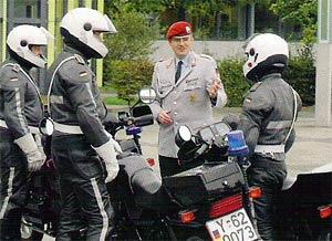 Zugführer Oberleutnant Mike S. bespricht den nächsten Eskorteneinsatz auf der Bonner Hardthöhe