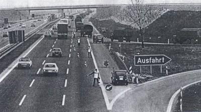 Aufschleusung einer Militärkolonne auf die Bundesautobahn. Wesentliche Aufgabe der Militärpolizei ist die Sicherung des Bundewehr-Verkehrs. Ohne die Hilfe der Feldjäger gäbe es ein paar Staus mehr auf unseren Straßen.